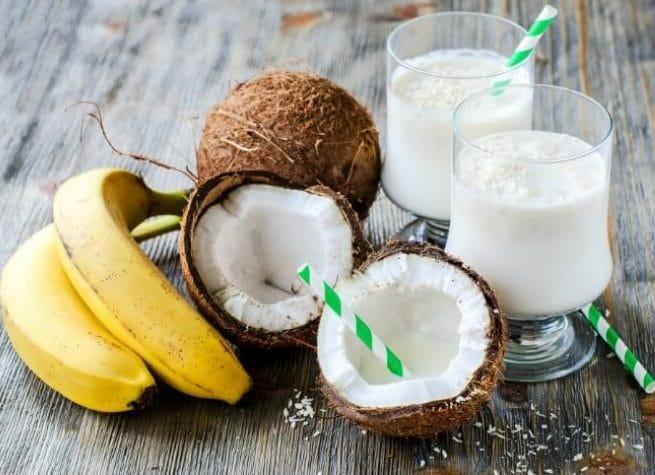 طريقة عمل سموذي الموز مع جوز الهند